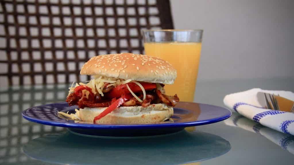 Ontbijt en lunch - Broodje met warme groenten en champignons recept