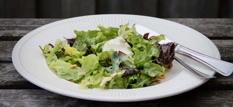 Salade met geitenkaas honing en pijnboompitten recept