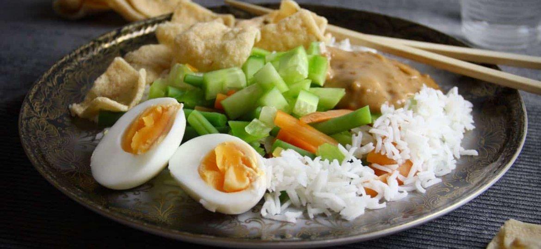 Gado gado met basmati rijst recept zwart bord
