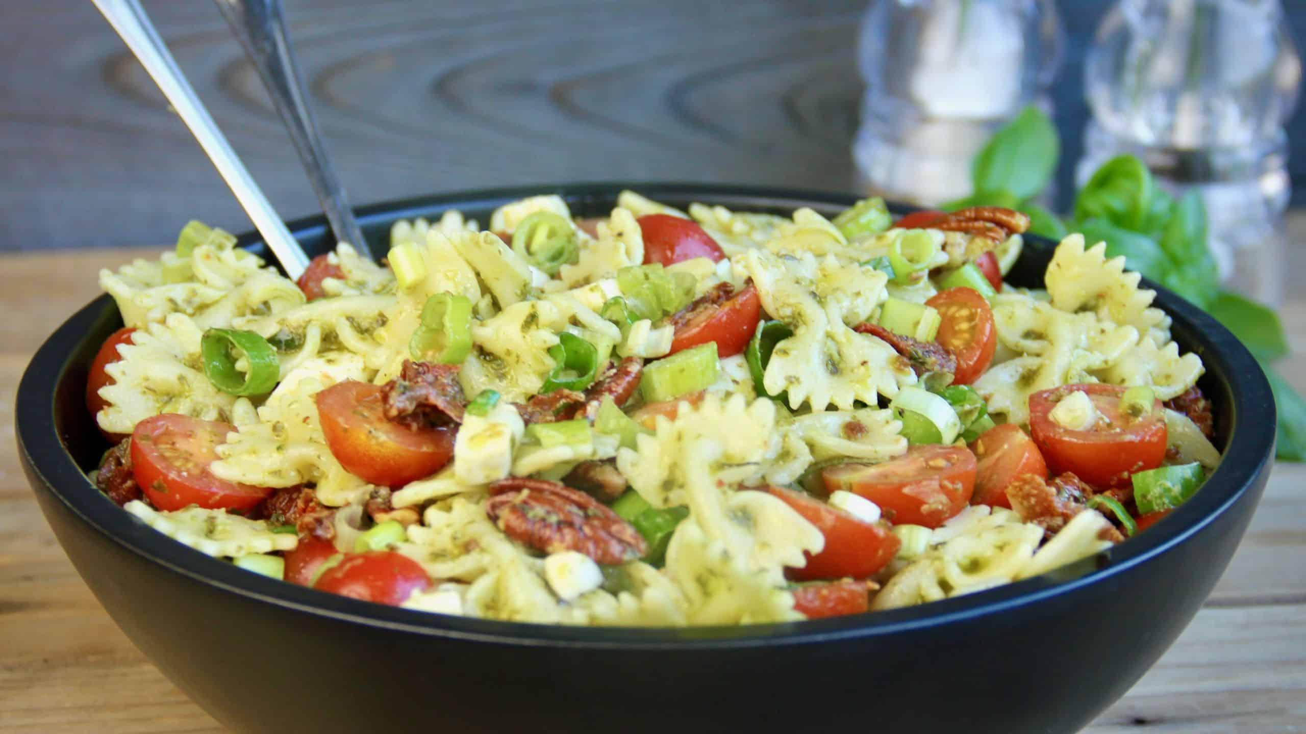 Pastasalade met basilicum tomaat en mozzarella recept 1