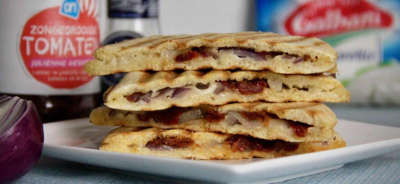 Pitabroodjes met mozzarella rode ui en gedroogde tomaat recept 1