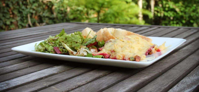 Gegratineerde rode biet met pecannoten en salade