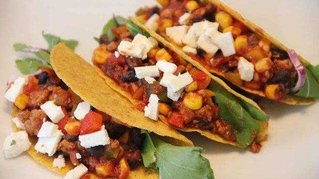 Mexicaanse taco schelpen met mais, paprika en zwarte bonen recept. Van eetman vegetarische recepten.