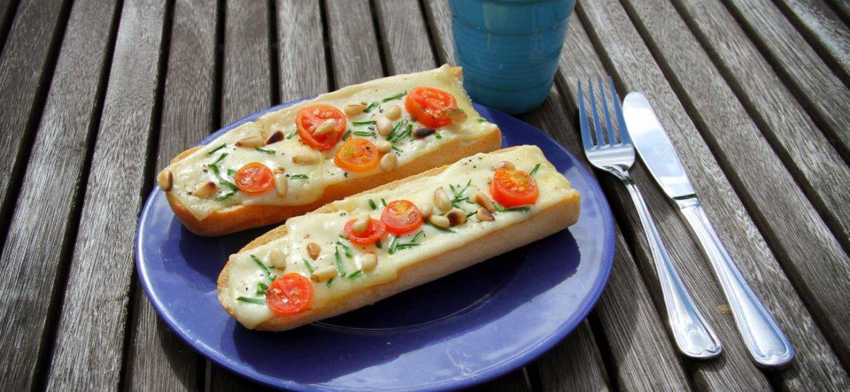Stokbrood kaas, tomaat, bieslook en pijnboompitten uit de grill