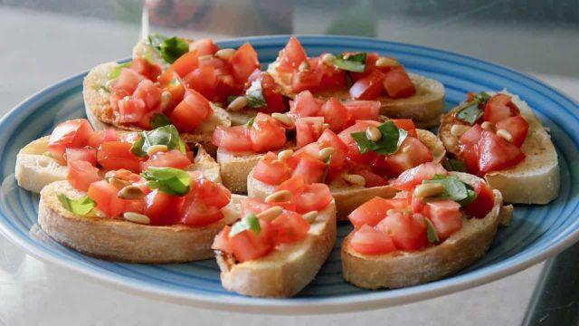 Bruschetta met tomaat, basilicum en geroosterde pijnboompitten recept