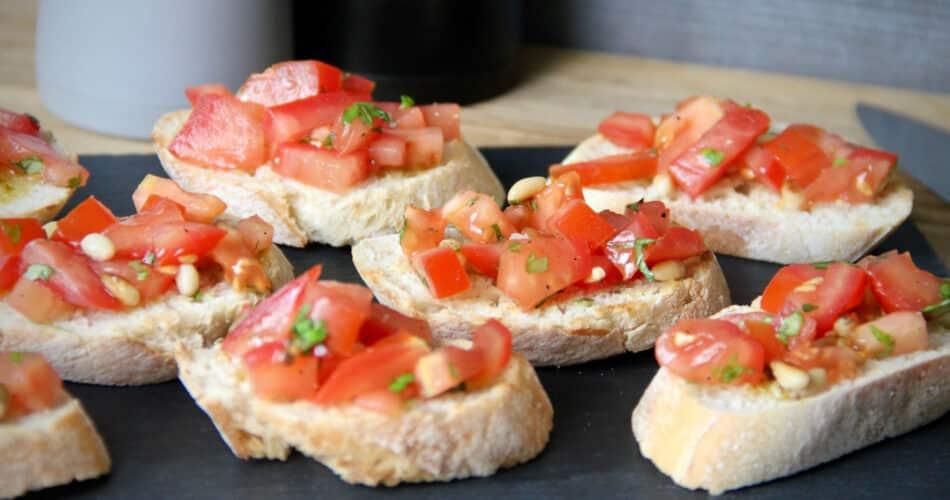 Bruschetta met tomaat basilicum en geroosterde pijnboompitten jun 2021 1