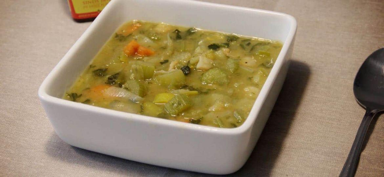 Vegetarische erwtensoep met geroerbakte groenten recept