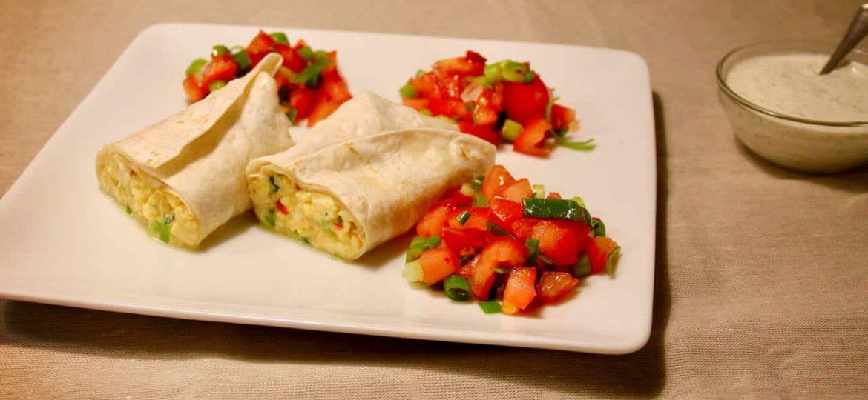 Tex-mex burrito met tomaat, bosui, ei en rode peper recept