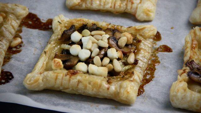 Bladerdeegtaartjes met geitenkaas en champignons recept 1