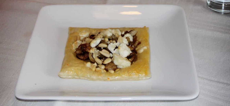 Bladerdeegtaartjes met geitenkaas en champignons recept