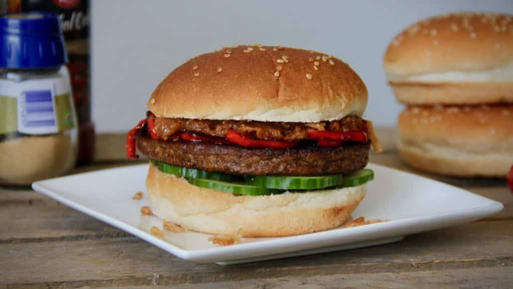 Broodje hamburger met pindasaus vegetarisch recept 1