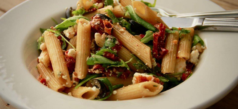 Makkelijke pastasalade met gedroogde tomaten en feta recept voor 3