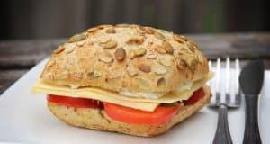 Recept broodje met kruidenroomkaas, tomaat, kaas en bieslook