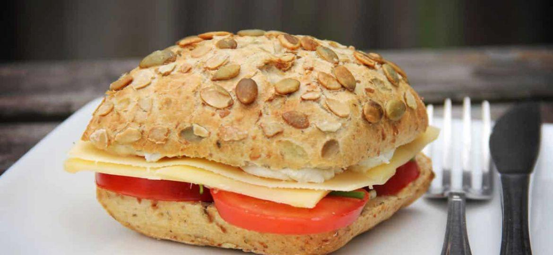 Recept broodje met kruidenroomkaas, tomaat, kaas en bieslook recept