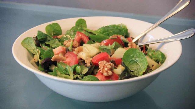 Mesclun salade met appel, tomaat, walnoot en honingdressing recept