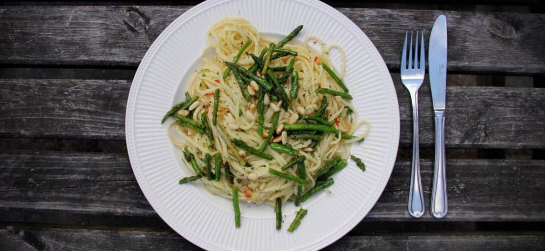 Pasta aioli met groene aspergetips, sjalotten en pijnboompitten recept