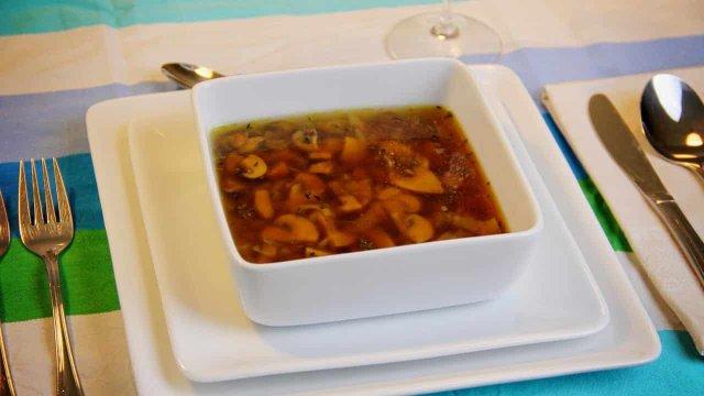 Heldere champignonsoep met knoflook en tijm recept