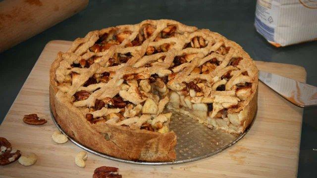 Appeltaart met noten en slagroom recept