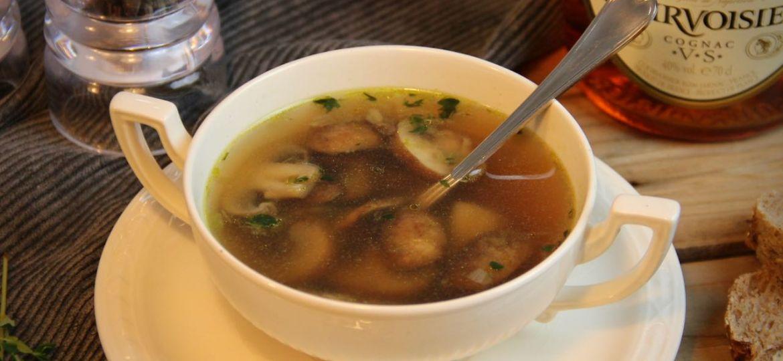 Heldere champignonsoep met knoflook en tijm recept 1