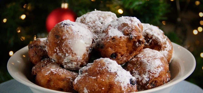Olierbollen recept bij kerstboom