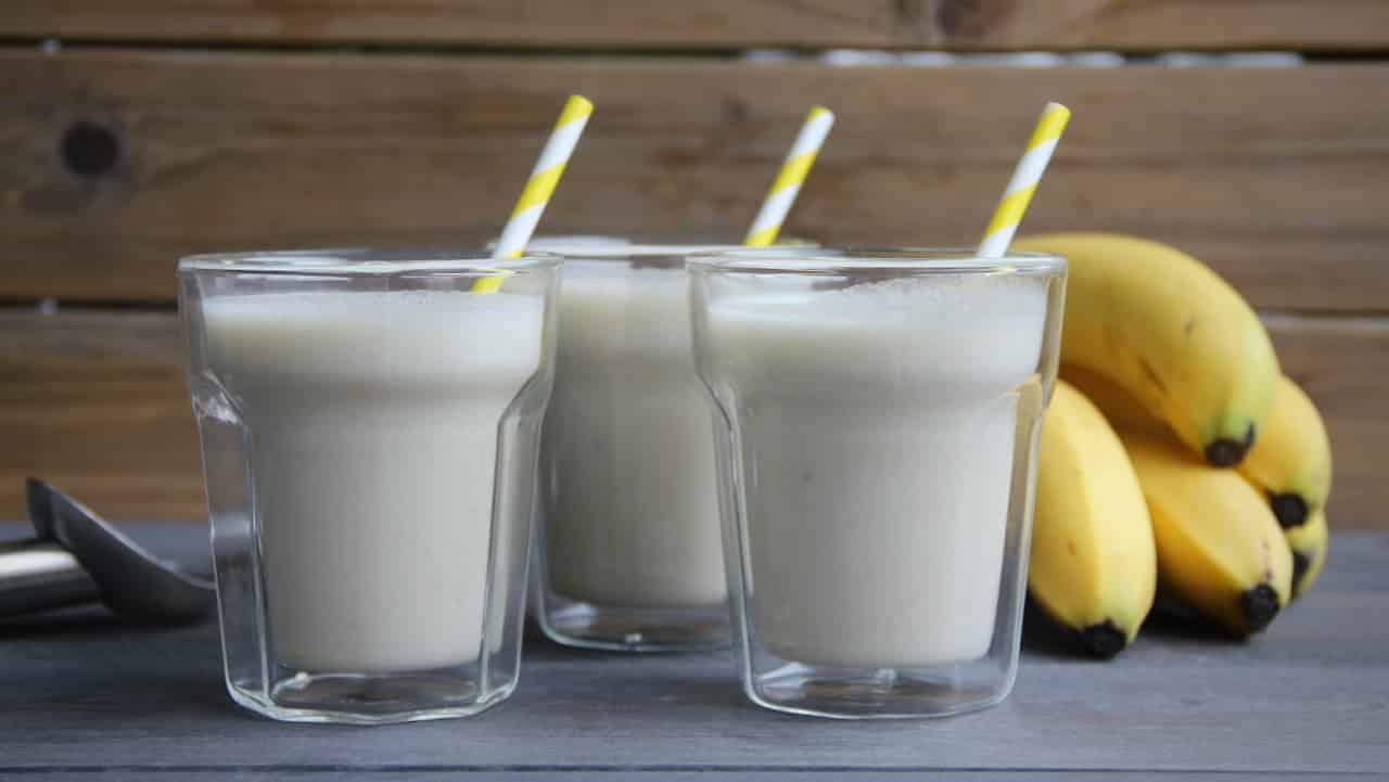 Banaan vanille milkshake maken 1