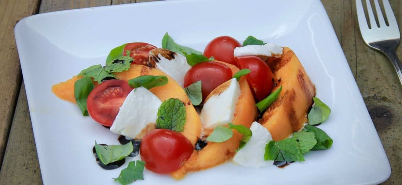 Salade Caprese met cantaloupe meloen van de grill recept