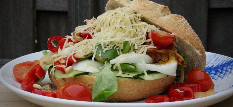 Broodje gezond met gegrilde groenten sla en ei recept