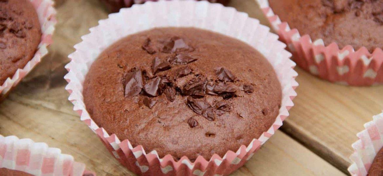 Chocolade muffins met stukjes chocolade recept