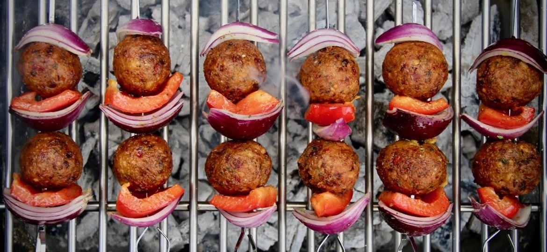 Falafel BBQ spiesen met knoflooksaus recept