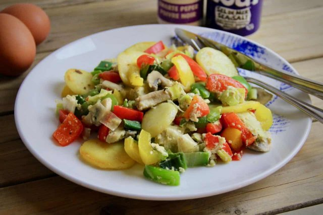 Budget roerbak met prei champignons en paprika recept op bord