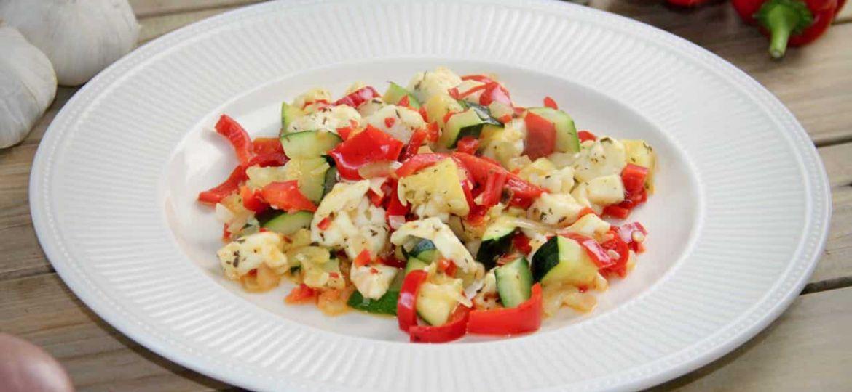 Courgette met zoete paprika en halloumi ingredienten recept bord
