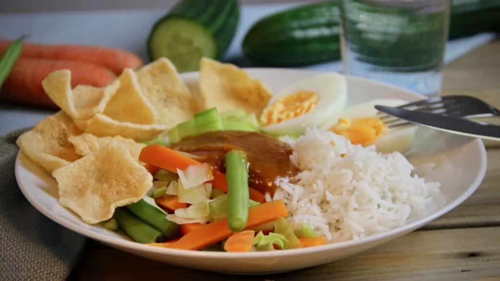 Gado gado met basmati rijst recept wit bord