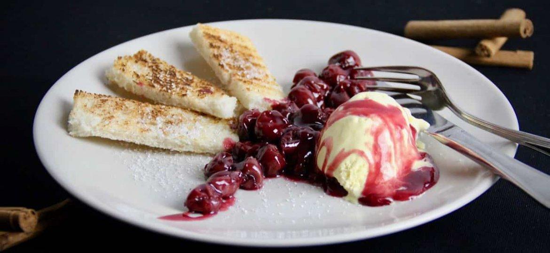 Warme kersen met kaneeltoast en vanille-ijs recept voor
