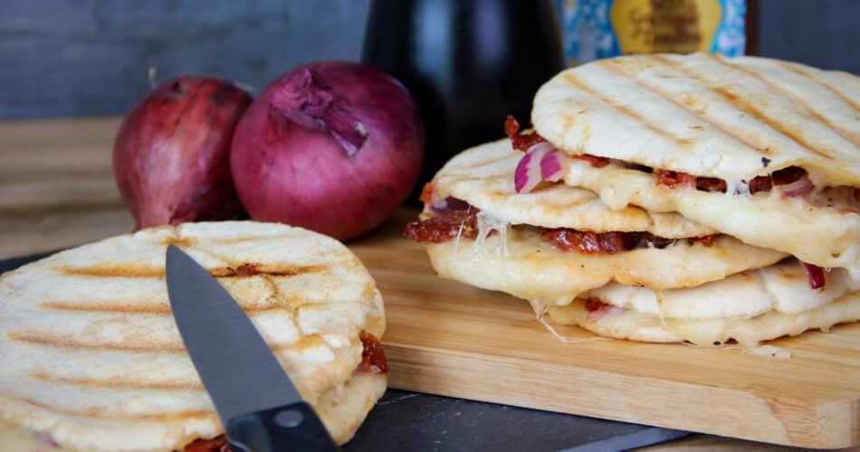 Pitabroodjes met mozzarella rode ui en gedroogde tomaat recept jul 2021 1