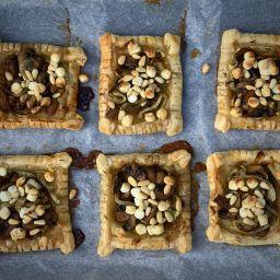 Bladerdeegtaartjes met geitenkaas en champignons vierkant