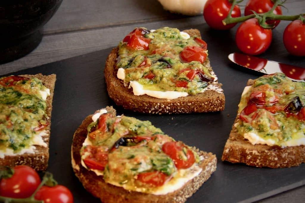 Toast met burrata tomaat en pesto recept 2