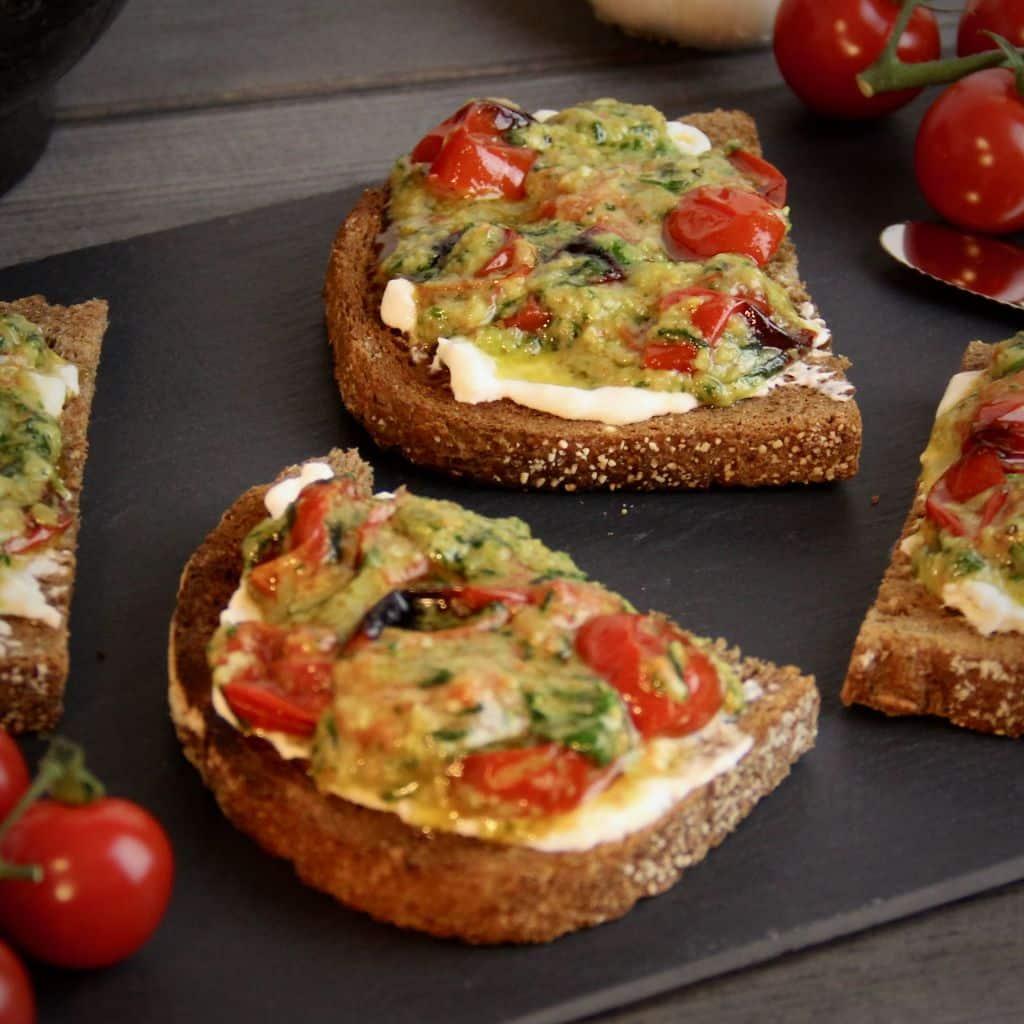 Toast met burrata, tomaat en pesto recept vierkant